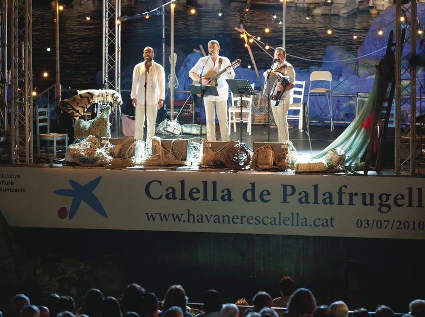 CANTADA HAVANERES_ESCENARI (PEIX FREGIT, CAT), PÚBLIC, BARQUES, PLATJA PORT BO, LOGO FESTIVAL (Marc Castellet Puig)