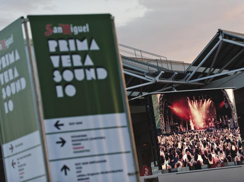 Primavera Sound Barcelona. Fòrum, público, carteles logo, placa fotovoltaica (Marc Castellet Puig)