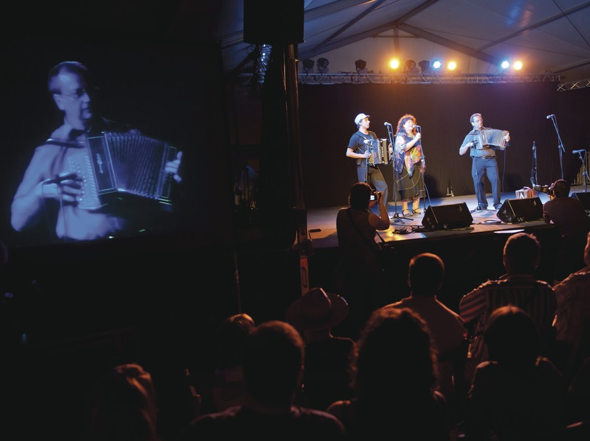 «Trobada d'Acordionistes del Pirineu» (rencontre d'accordéonistes des Pyrénées). Gwenael Kiviger (accordéon chromatique), Fañch Perroches (accordéon diatonique), Brigitte Kloareg (voix) (Bretagne)