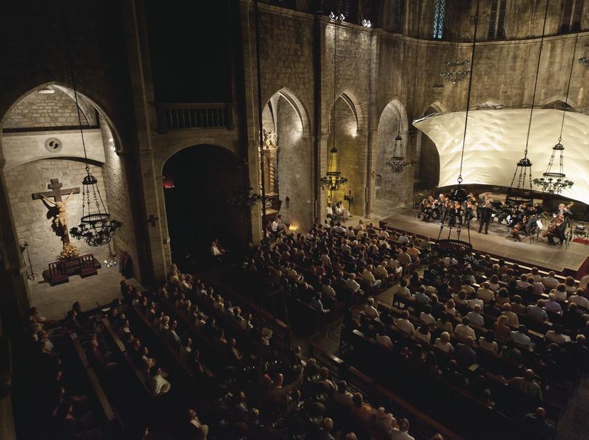 Festival de Músiques de Torroella de Montgrí. Iglesia Sant Genís, escenario (detalle), imágenes religiososas, músicos (Amadeus Chamber Orchestra of Polish Radio, directora Agnieszka Duczmal), público