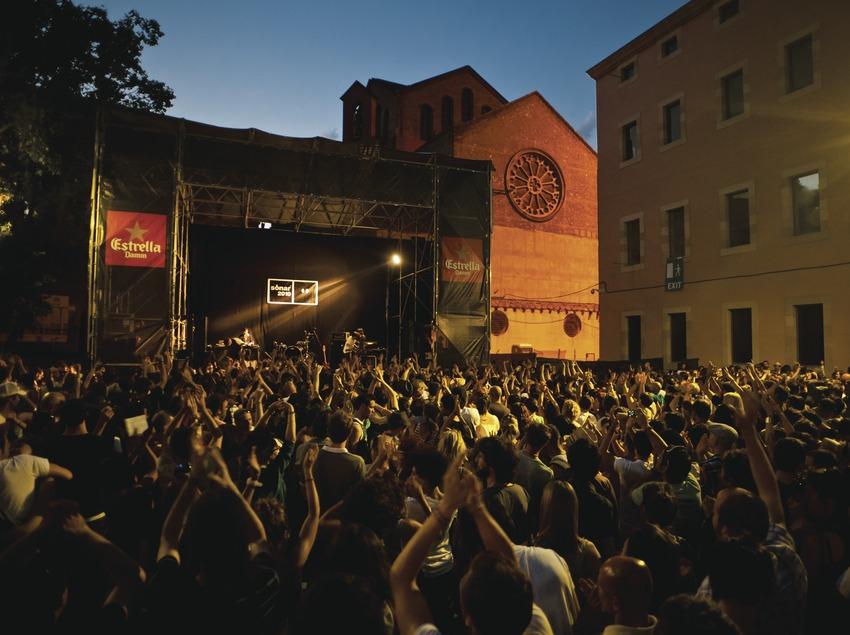 Festival Sónar Barcelona. CCCB, MACBA, Plaça dels Àngels, escenari, logo del festival, càmeres TV, artista (Delorean, Esp) (Marc Castellet Puig)