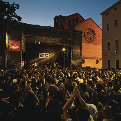 Festival Sónar Barcelona. Barcelona, CCCB, MACBA, Plaça dels Àngels, escenario, logo festival, público, artista (Delorean, ESP) (Marc Castellet Puig)