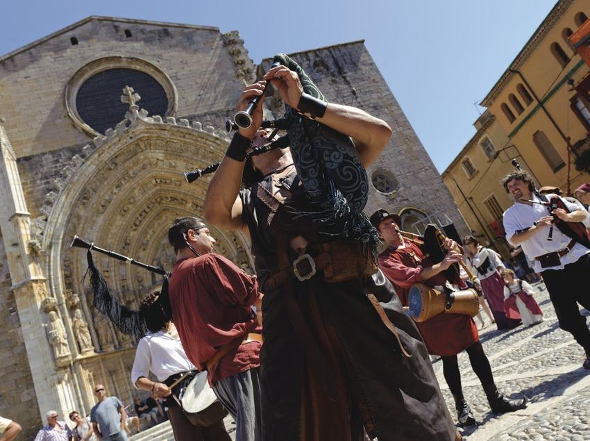 Festival Terra de Trobadors. Castelló d'Empúries, detalle músicos, calle, basílica santa maria