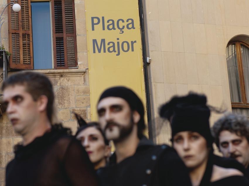 FIRATÀRREGA-TEATRE AL CARRER_LOGO FIRA, PLAÇA MAJOR, ARTISTA (ENS DE NOS) (Marc Castellet Puig)