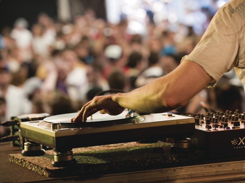 Festival Sónar Barcelona. Barcelona, CCCB, MACBA, Plaça dels Àngels, DJ, público (Marc Castellet Puig)