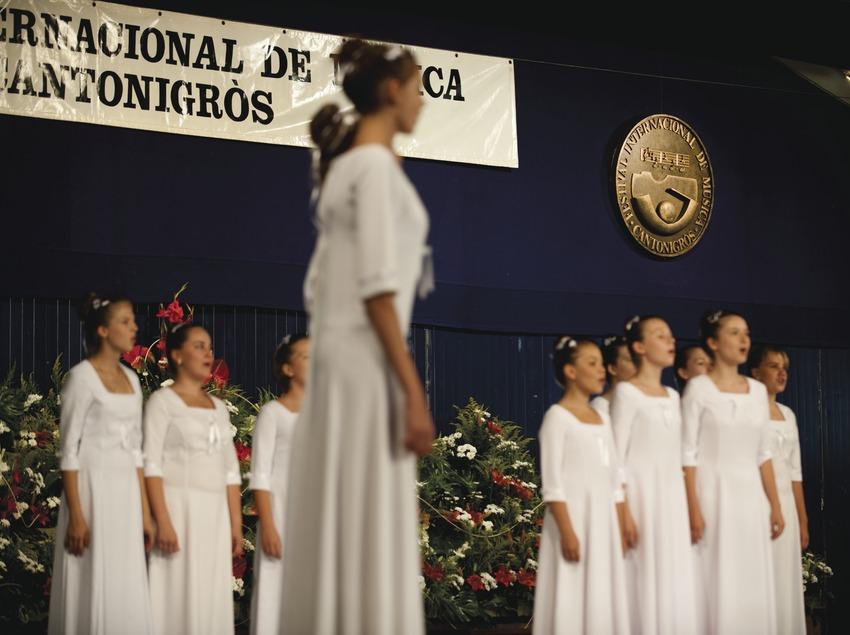 Festival Internacional de Música de Cantonigrós. Escenario, coral, logo festival (Marc Castellet Puig)