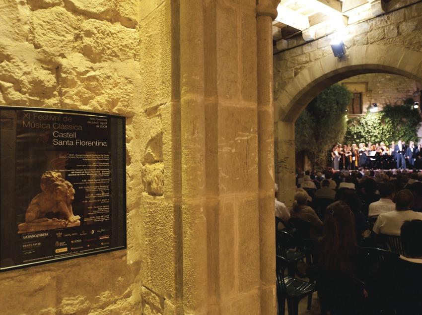 Festival de musique classique château Santa Florentina. Canet de mar, château Santa Florentina, public, cour d'armes, scène, artiste (chorale Harmonia de Calella, pianiste Ricardo Estrada, soliste Albert Deprius, soliste Carmen Solís), affiche Festival Anti (Marc Castellet Puig)