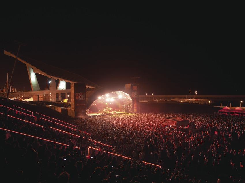 Festival Cruïlla BCN. Fòrum, Festival Cruïlla BCN, Fòrum, escenario Estrella Damm, público, logo festival, músicos, placa fotovoltaica, anfiteatro. (Marc Castellet Puig)