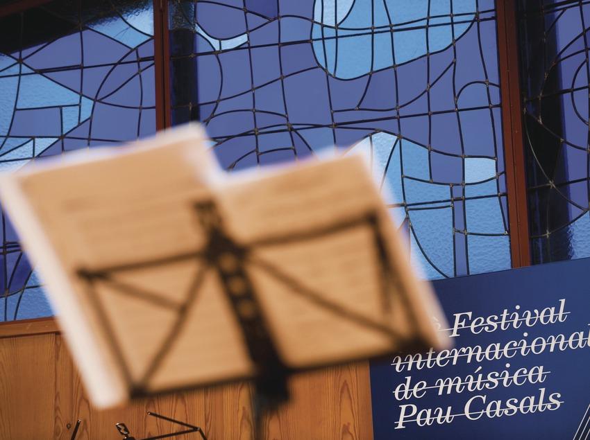 Festival Internacional de Música Pau Casals. Auditorio Pau Casals, logo festival, partituras (Marc Castellet Puig)