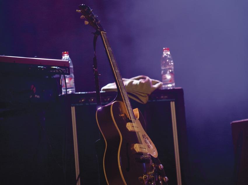 Blues Cerdanyola. Guitare et amplificateurs sur la scène (Marc Castellet Puig)