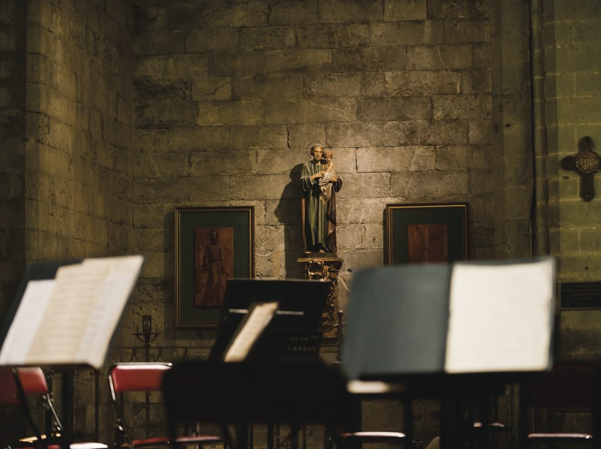Festival de Músiques de Torroella de Montgrí. Iglesia Sant Genís, escenario (detalle), imágenes religiosas (Marc Castellet Puig)