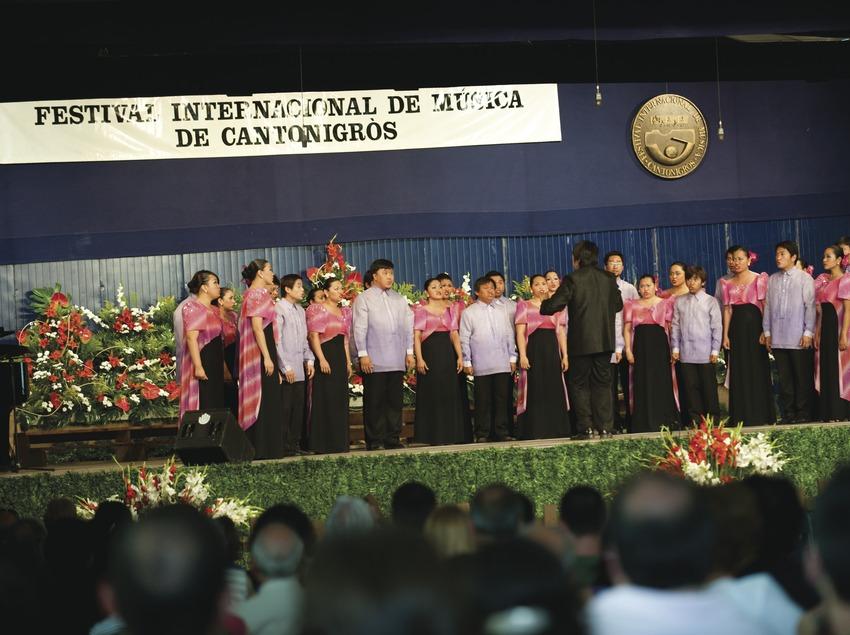 Festival Internacional de Música de Cantonigrós. Público, escenario, coral, logo festival (Marc Castellet Puig)