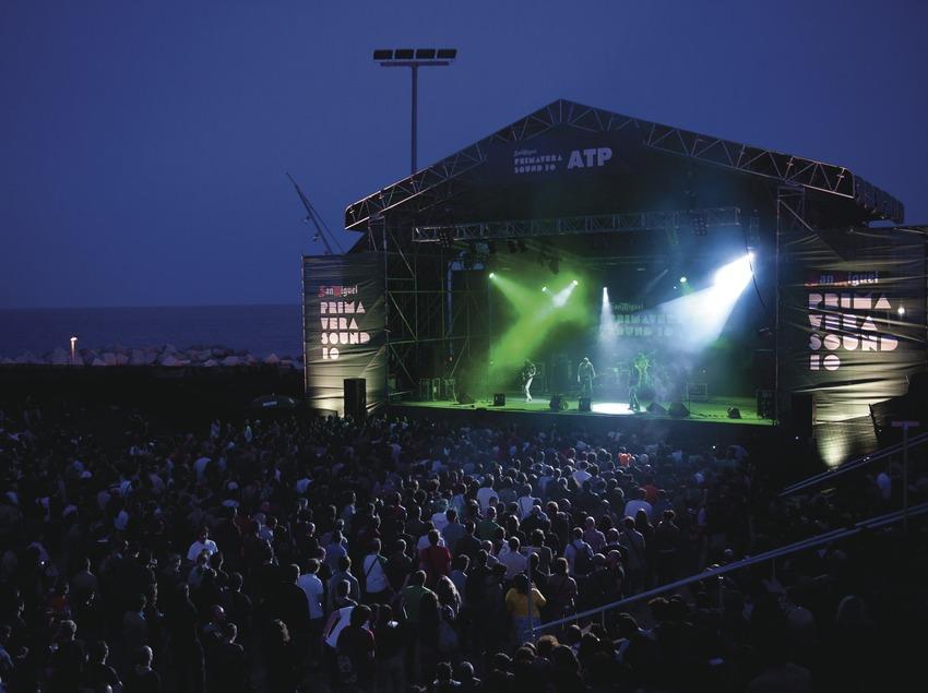 Primavera Sound Barcelona. Fòrum, Logo, artista (Polvo), público, escenario, mar (Marc Castellet Puig)