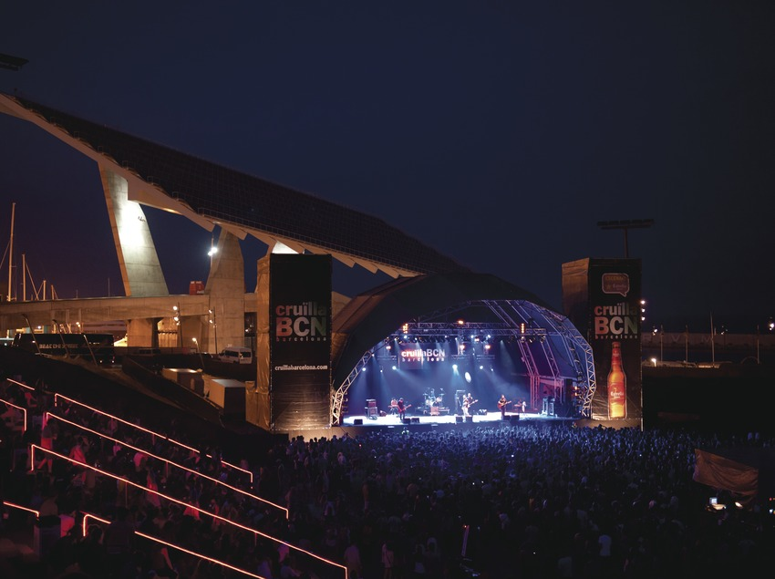 Festival Cruïlla BCN. Fòrum, escenario Estrella Damm, público, logo festival, músicos (Love of Lesbian, CAT), placa fotovoltaica, anfiteatro (Marc Castellet Puig)