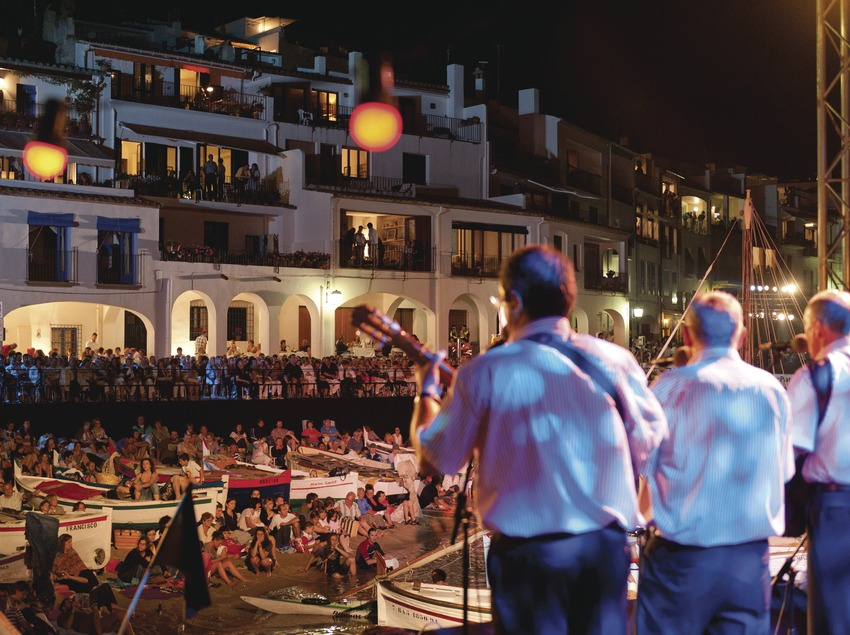 Cantada de Habaneras. Escenario (El Bergantí, CAT), público, playa Port Bo, pueblo (Marc Castellet Puig)