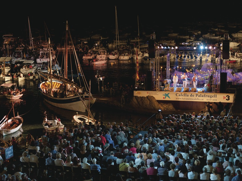 Cantada de Habaneras. Escenario (Peix Fregit, CAT), público, barcas, playa Port Bo, logo festival (Marc Castellet Puig)