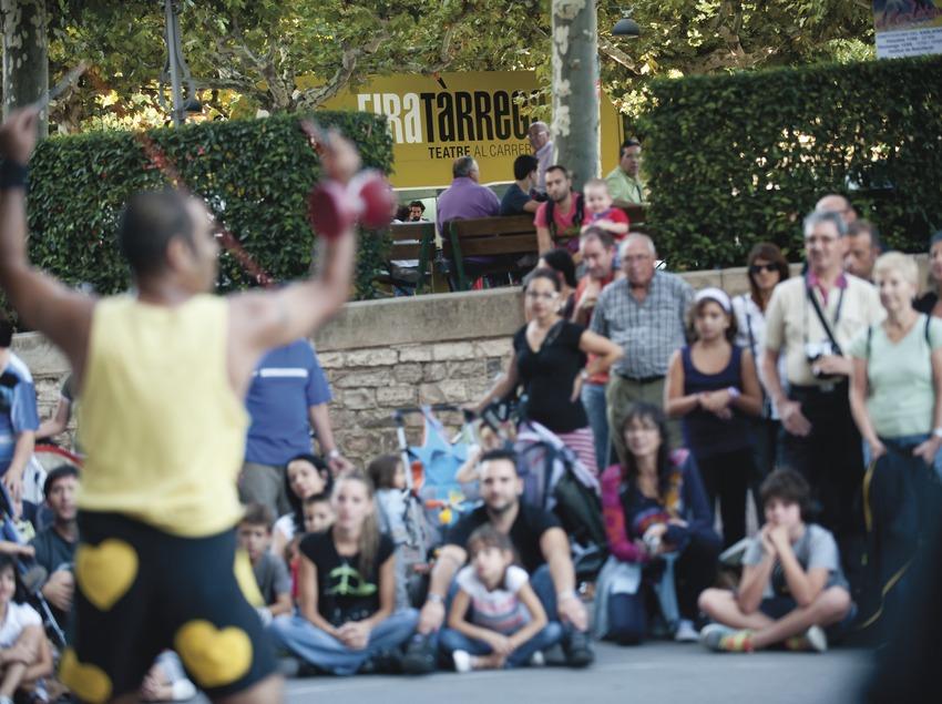 FIRATÀRREGA-TEATRE AL CARRER_LOGO FIRA, PÚBLIC, ARTISTA (Marc Castellet Puig)