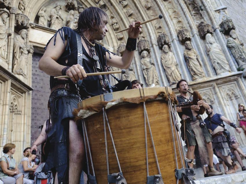 Festival Terra de Trobadors. Castelló d'Empúries, músicos callejeros (Berros de la Cort, CAT), Basílica Santa Maria