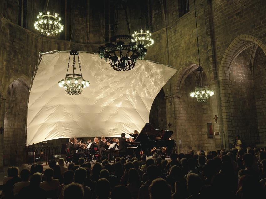 Festival de Músiques de Torroella de Montgrí. Iglesia Sant Genís, escenario (detalle), imágenes religiososas, músicos (Amadeus Chamber Orchestra of Polish Radio, directora Agnieszka Duczmal, piano Alessio Bax), público