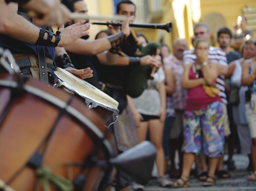 Festival Terra de Trobadors. Castelló d'Empúries, músicos callejeros, público