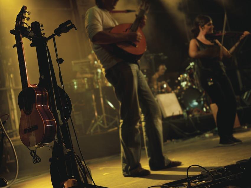 Mercat de la Música viva de Vic. Escenario, músicos (La Carrau, CAT), detalle instrumentos (Marc Castellet Puig)