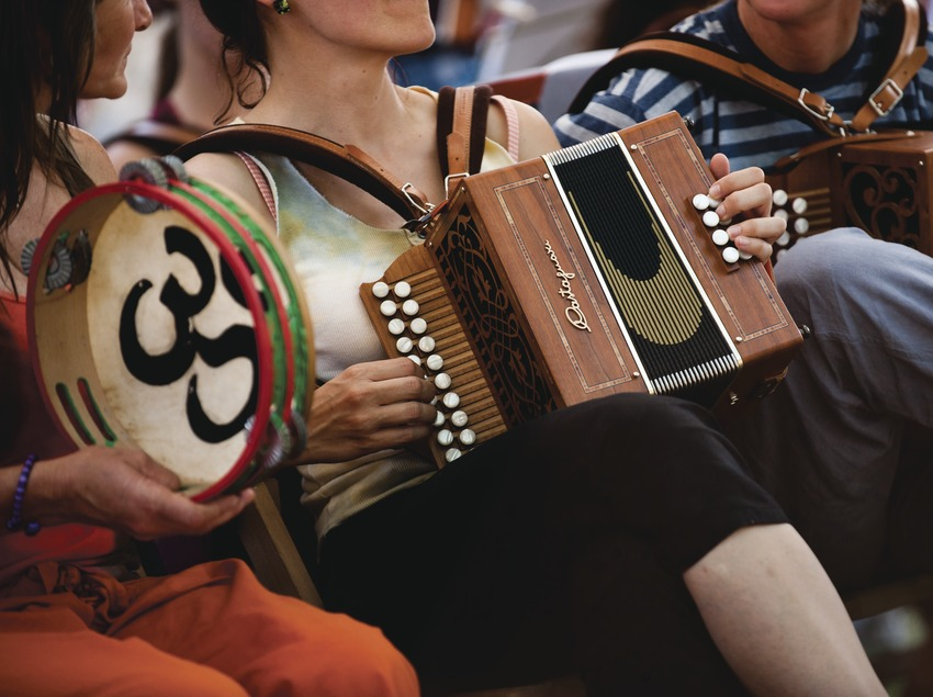 Trobada d'Acordeonistes del Pirineu. Acordions, pandereta, grup de dones acordionistes del Pirineu (Cat) (Marc Castellet Puig)