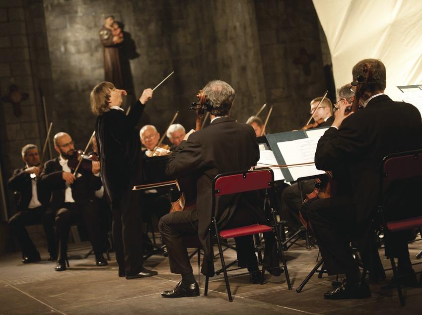 Festival de Músiques de Torroella de Montgrí. Iglesia Sant Genís, escenario (detalle), imágenes religiososas, músicos (Amadeus Chamber Orchestra of Polish Radio, directora Agnieszka Duczmal)