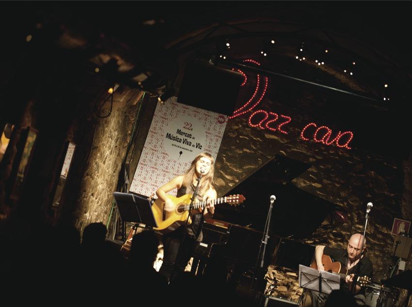 Mercat de la Música viva de Vic. Logo festival, musiciens (Meritxell Gené et Joanjo Bosk, CAT), Jazz Cava Vic (Marc Castellet Puig)