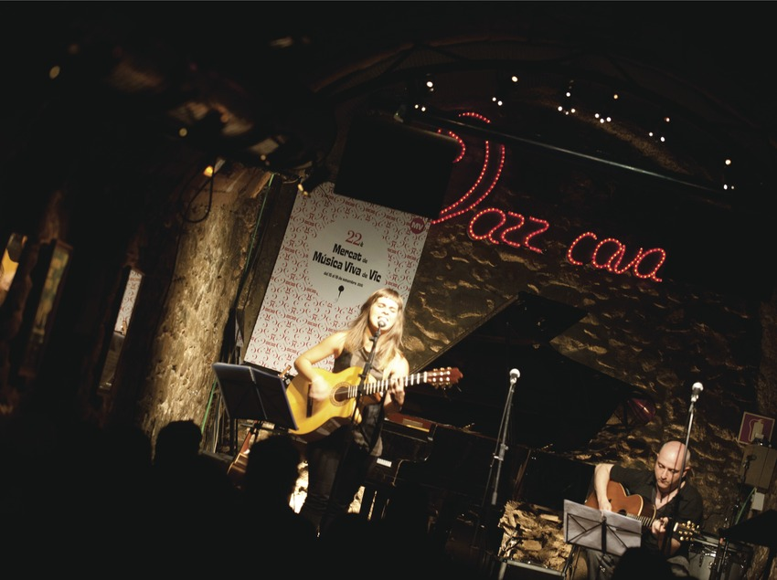 Mercat de la Música viva de Vic. Logo festival, músicos (Meritxell Gené y Joanjo Bosk, CAT), Jazz Cava Vic (Marc Castellet Puig)
