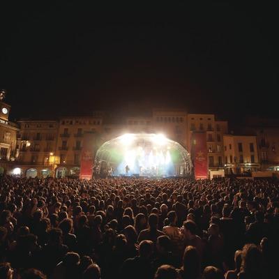 Mercat de la Música viva de Vic. Plaza Mayor, escenario, público, músicos (La Troba Kung Fu, CAT) (Marc Castellet Puig)