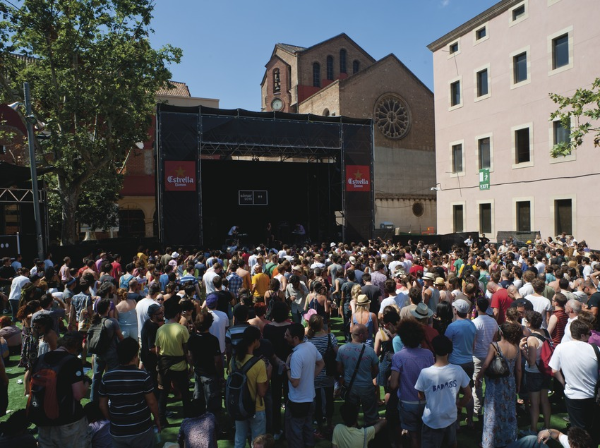 Festival Sónar Barcelona. CCCB, MACBA, Plaá dels Àngels, artista (Annie Hall, Esp), públlic, logo del festival (Marc Castellet Puig)