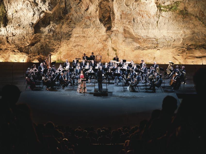 Festival Grec Barcelone. Festival Teatre Grec, fanfare municipale de Barcelone avec Maria Mateu (et José Antonio López), scène, public (Marc Castellet Puig)