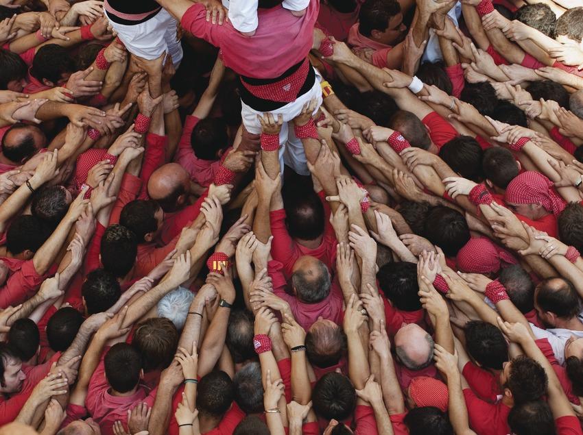 Gros plan sur la «Pinya» (base d'une tour humaine) de la Colla Jove dels Xiquets de Valls. «Diada Castellera» (jour des tours humaines) de la fête de la Saint-Félix