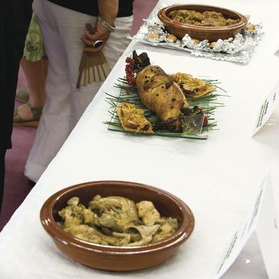 El públic mira els diferents plats que s'han presentat en el concurs de Cuina de Cunill. Fira de Sant Bartomeu o del Meló.
