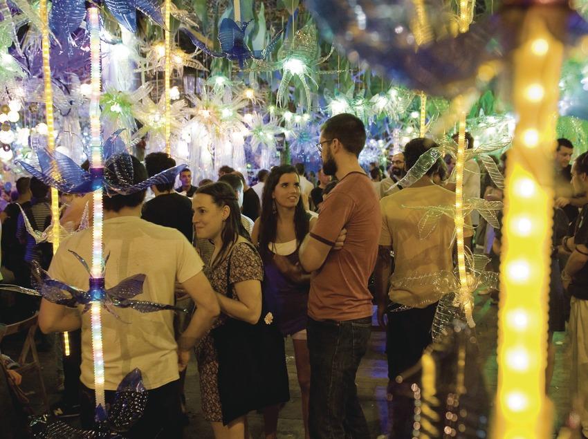 Ambient de nit i públic enmig de la decoració de la Pl. Rovira i Tries. Festes de Gràcia. (Gemma Miralda)