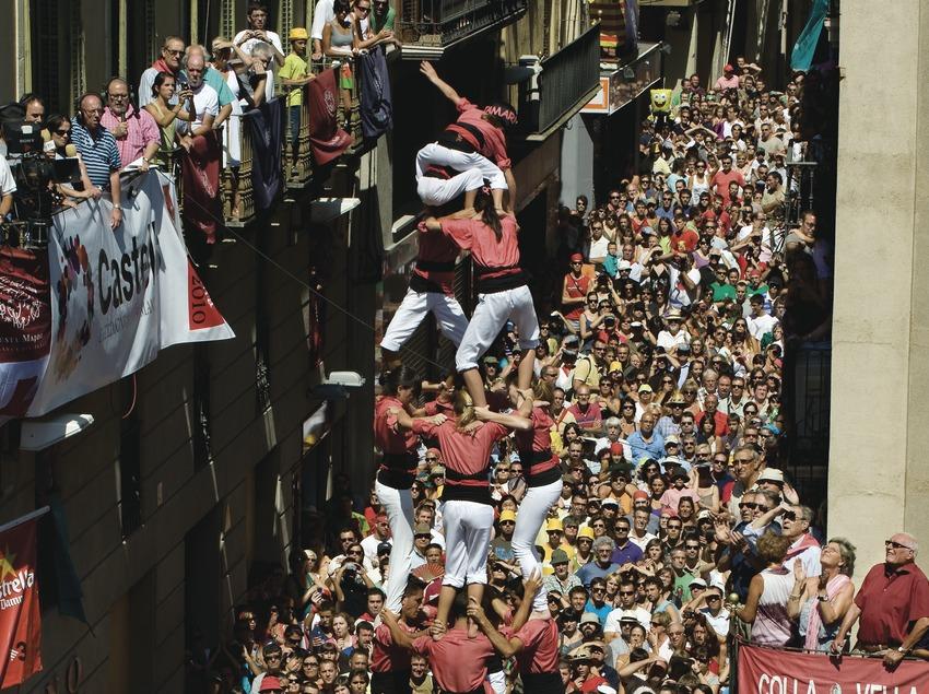 4 de 9 amb folre (tour humaine à 9étages de 4personnes chacun) de la Colla Vella dels Xiquets de Valls. «Diada Castellera» (jour des tours humaines) de la fête de la Saint-Félix