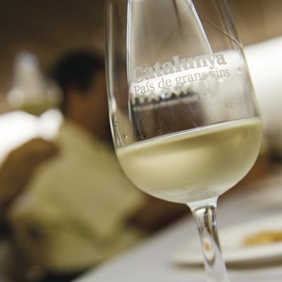 Detall d'una copa de vi blanc marca Catalunya País de Grans Vins, en el marc del curs de cata de vins. Fira de Sant Bartomeu o del Meló. (Gemma Miralda)