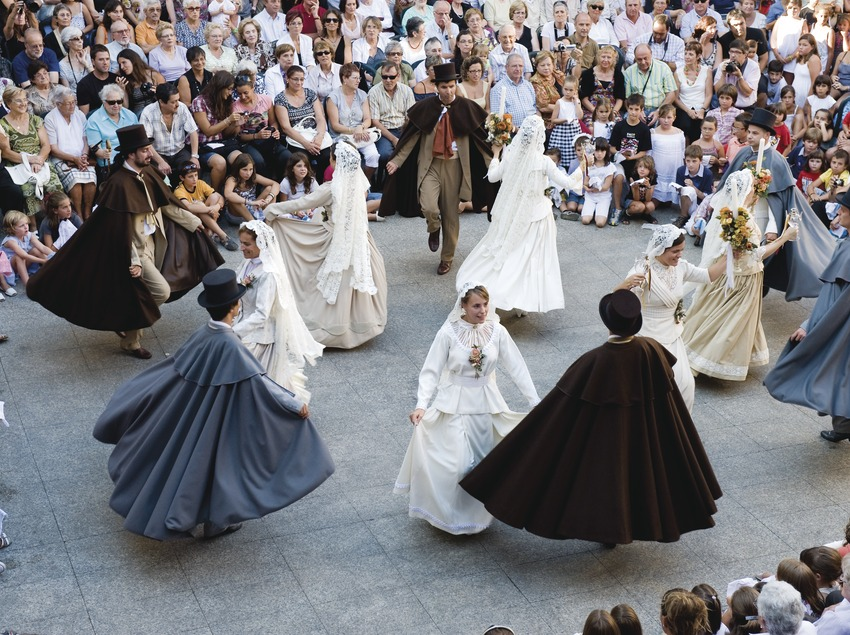 Un grupo de bailarines ejecuta la Dansa del Ciri en la plaza del Ayuntamiento durante la Fiesta Mayor (Gemma Miralda)