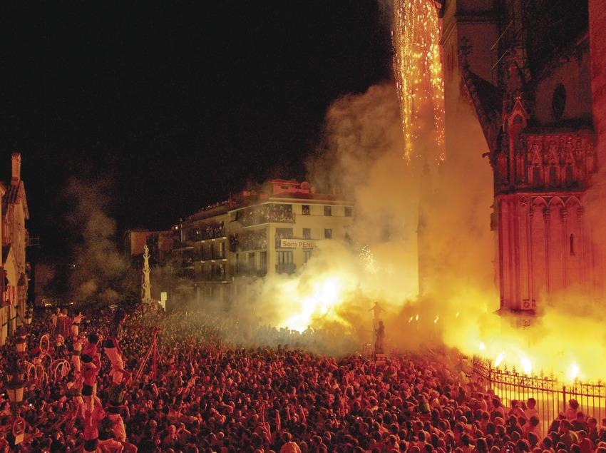 Momentos después de la entrada de San Félix se lanzan fuegos de artificio y las colles actúan conjuntamente en la plaza. Fiesta de San Félix (Gemma Miralda)