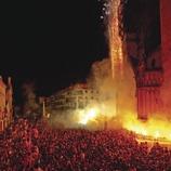 Moments després de l'entrada de Sant Fèlix es llancen focs d'artifici i les colles de cultura popular actuen juntament a la plaça. Festa de Sant Fèlix. (Gemma Miralda)