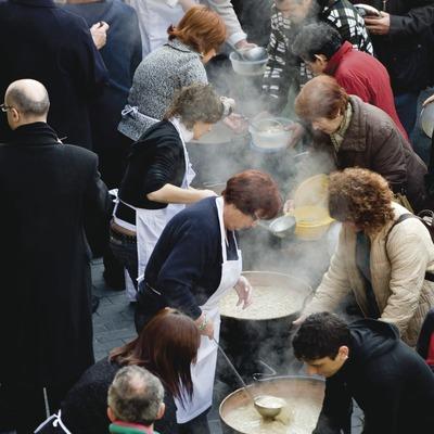 Image de la distribution de l'«escudilla» (soupe catalane) de Noël aux habitants du village. Feria de Santa Llúcia