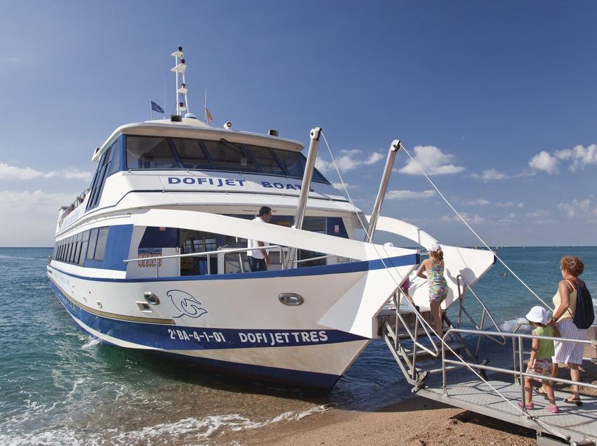 Embarcació turística a la platja de Blanes