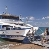 Embarcaió turística a la platja de Blanes (Miguel Angel Alvarez)