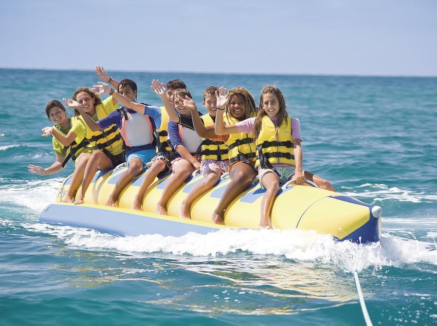Надувной банан в центре водных видов спорта в Санта-Сузанне