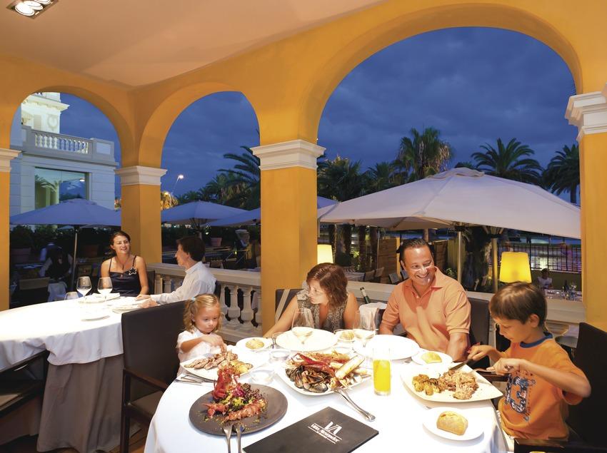 Cena familiar en el restaurante Villa Alexandel de Salou (Miguel Angel Alvarez)