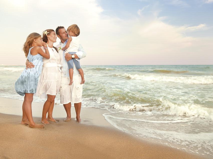 Família passejant a la platja de Calafell