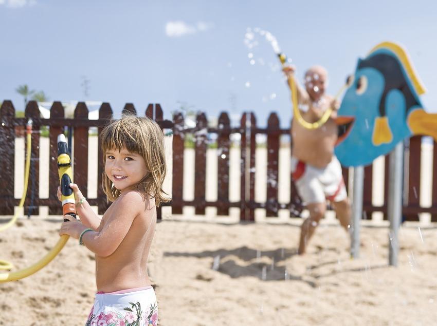 Jeux d'eau au Miniclub pour enfants de la plage de Calella