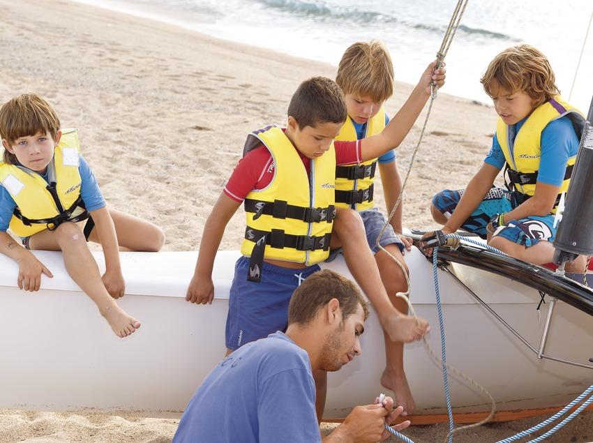 Enfants préparant le catamaran à la station nautique de Santa Susanna
