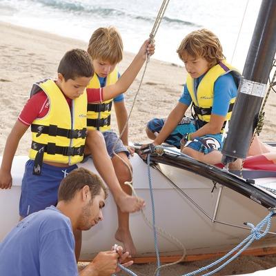 Niños preparando el catamarán en la Estación Náutica de Santa Susanna (Miguel Angel Alvarez)