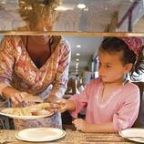 Bufé infantil en el Hotel Tahití de la playa de Santa Susanna (Miguel Angel Alvarez)